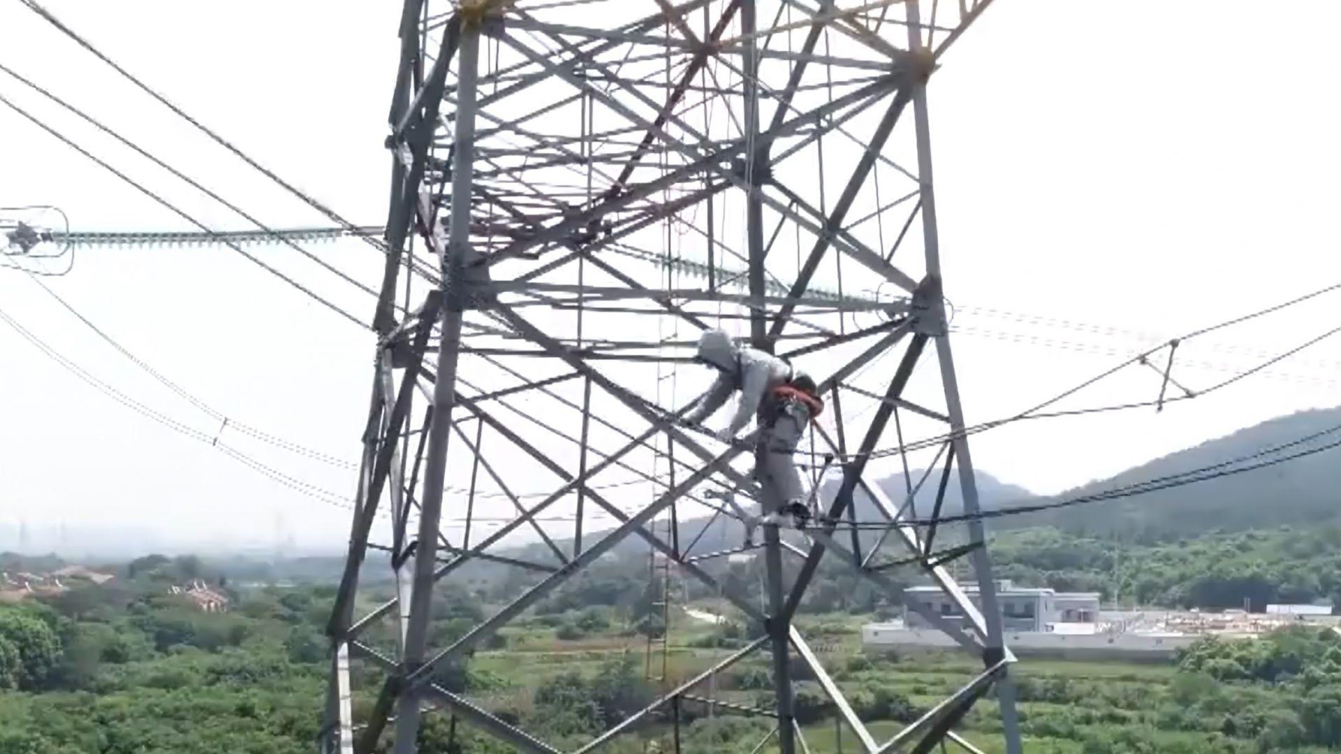 武汉检修人员500千伏高压线上荡秋千式抢修