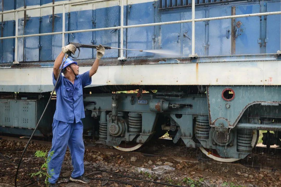 汽车拉着火车跑!网友:什么神奇操作?