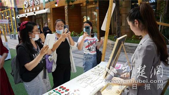 """""""文创玩城.汉GAI市集""""暨武汉青年力量战疫海报展,看展和参展的人,都是美丽的风景。通讯员供图"""