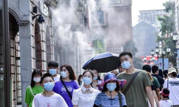 武汉迎来热辣夏日,汉街喷水雾降温