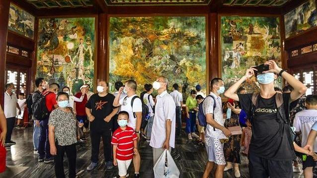 黄鹤楼公园免费开放的首个周末,游客量激增