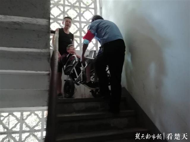 正能量! 老人坐轮椅出院回家,众人合力抬她上5楼