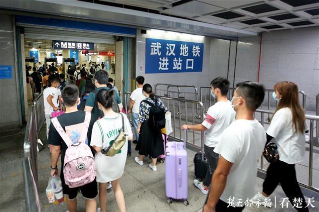 久别重逢,武汉大学生返校:这个站客流连续三日突破10万+