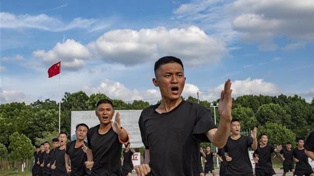 武汉辅警头顶烈日练兵