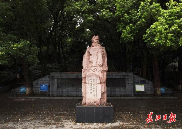 """武汉二七纪念馆""""最年轻""""展品见证英雄精神传承,突击队员红手印请战力保抗疫铁路线"""