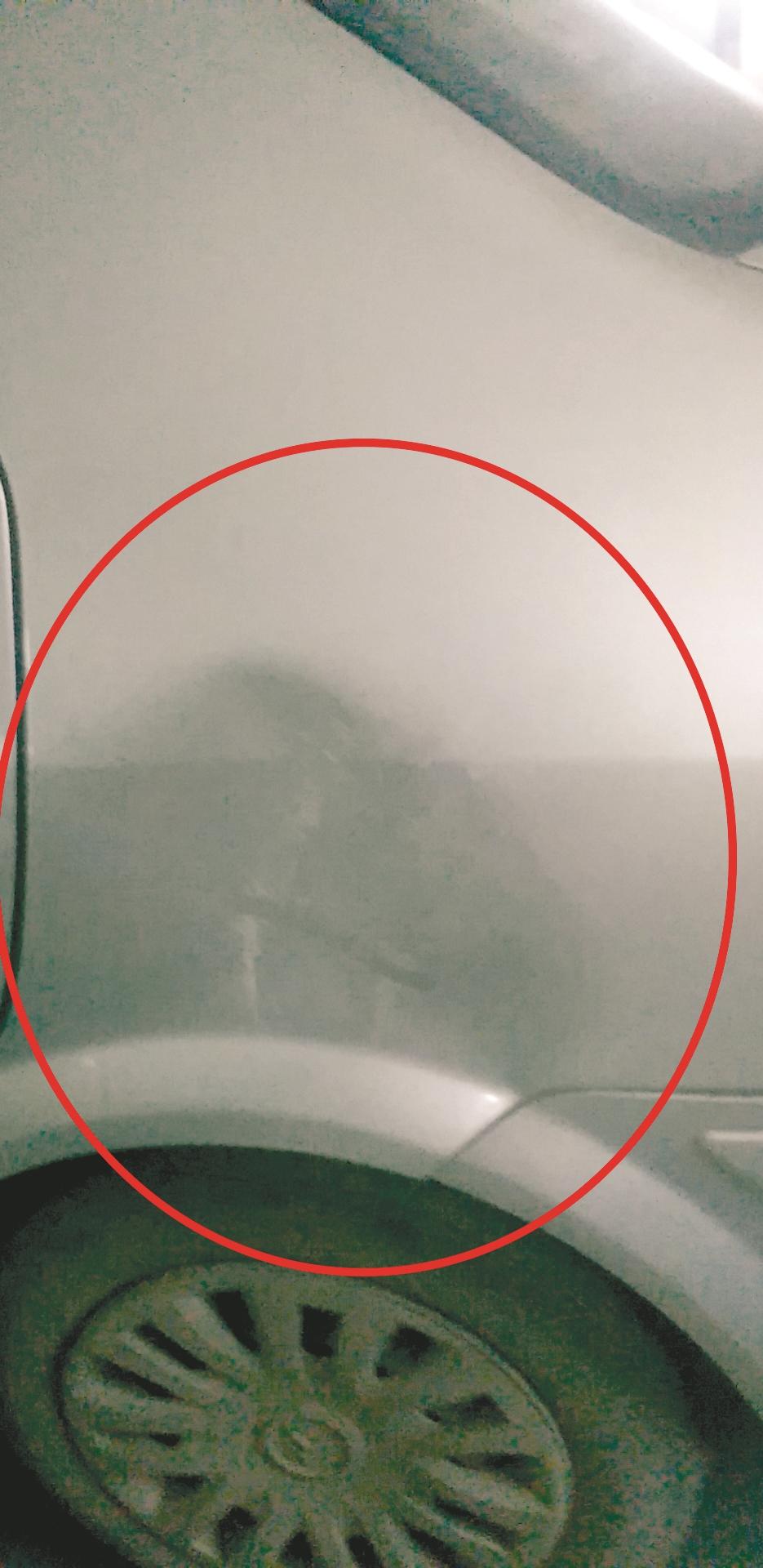 轿车停在小区车牌被人撬走 事发地有监控摄像头 青山警方已介入调查