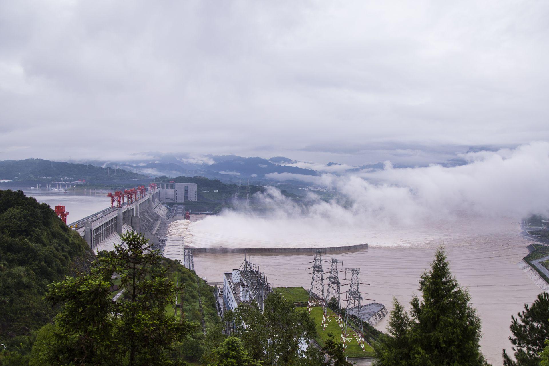 三峡大坝迎建库以来最大洪峰 首次开11孔泄洪