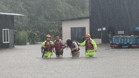 成都多地遭遇暴雨已转移上千人