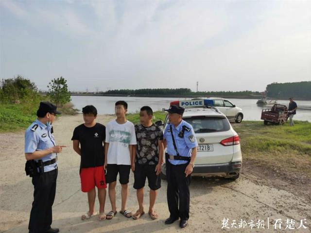 江堤上玩耍时发现有人落水,30岁冬泳队员2分钟内江中救起4人