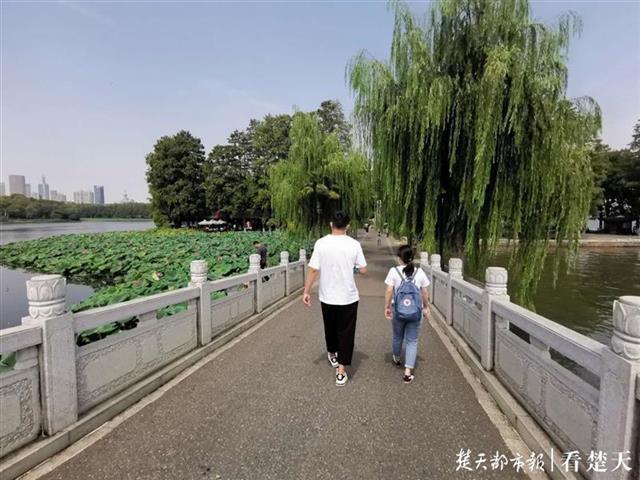 """疫情期间滞留江城当志愿者,""""大连""""重回武汉:出机场就想哭"""
