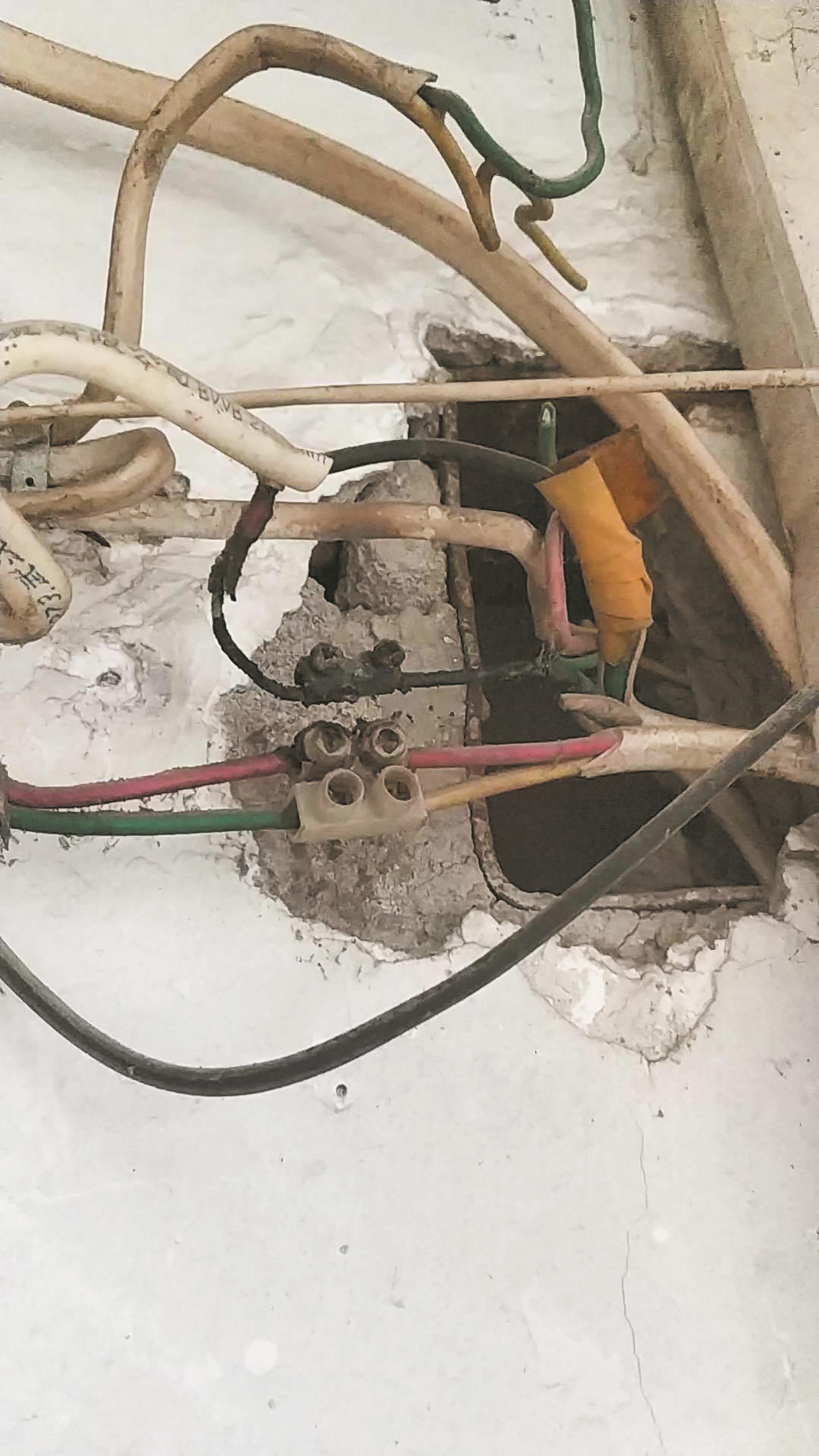 用电量翻倍 原是两家电线相搭 律师建议两家住户协商分摊电费