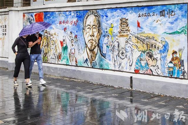 武汉街头现钟南山等抗疫宣传画