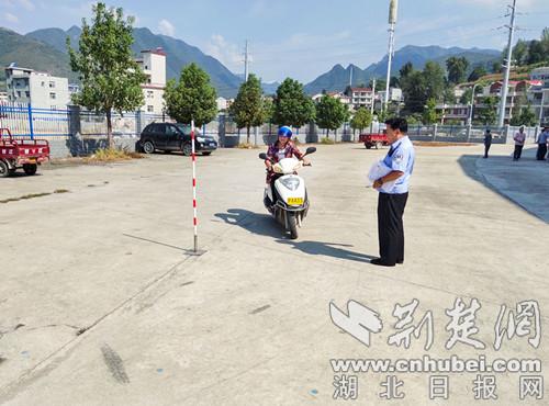 保康警方开展送考下乡便民办证活动  村民家门口考取驾照
