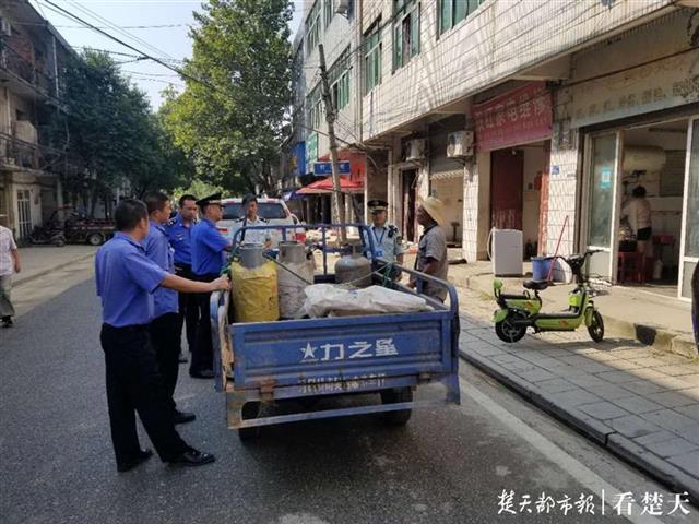 大悟男子驾三轮车到黄陂兜售坛子气,涉嫌非法经营被城管截停