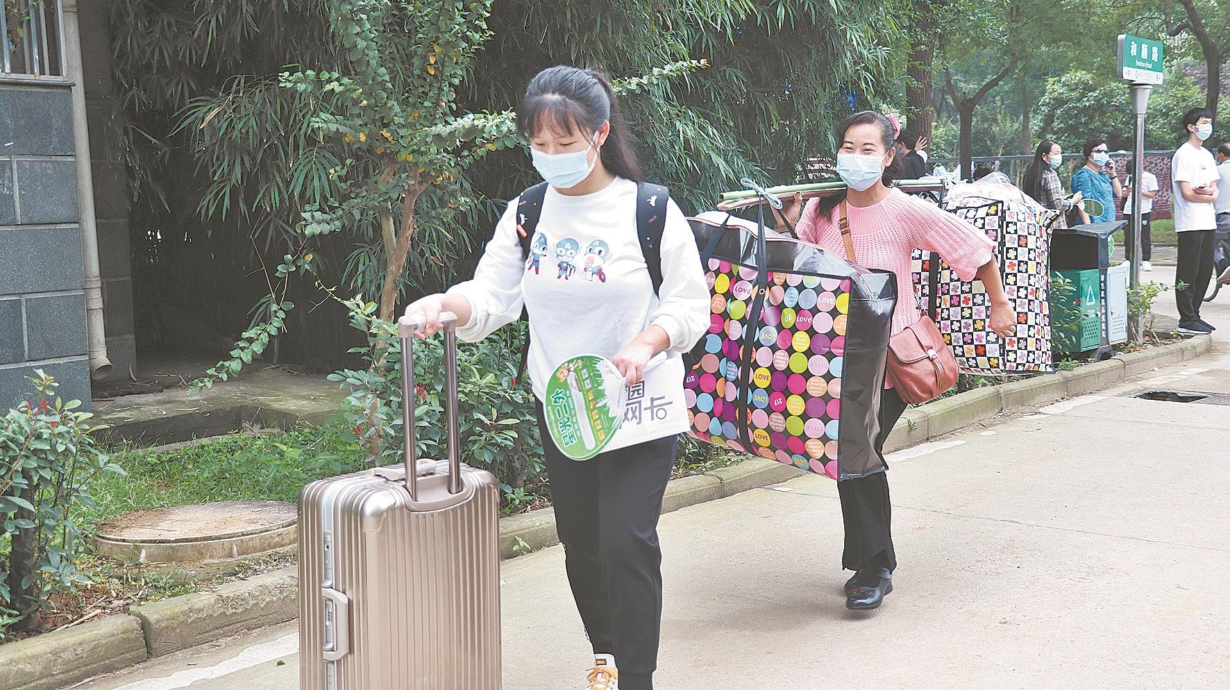 蔡甸龙凤胎考上同一大学同一专业 父母挑着行李把兄妹俩送进校园