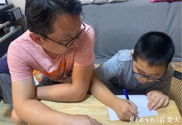 """武汉汉阳区开展""""时光影像""""活动,号召学生记录与老师的感人故事"""