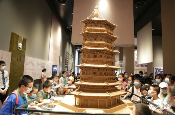 """参观武汉""""新晋打卡地"""",小记者化身建筑家,构筑未来科技梦"""