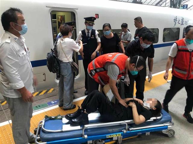 旅客突发疾病,乘务员紧急处置化险为夷