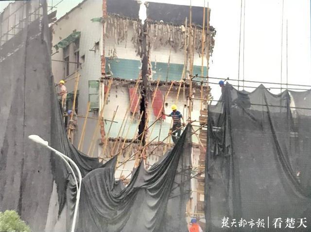 汉阳一待拆民房垮塌?实为拆迁过程中,部分墙体撞击脚手架……