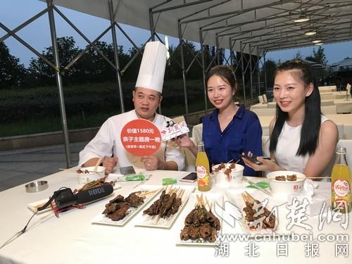 荆楚星主播走进武汉洲际 五星级大厨江边做烧烤引刷屏