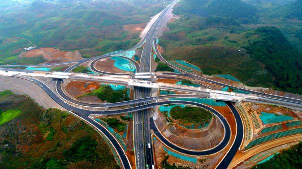 在汉央企参建的云南文马高速试通车
