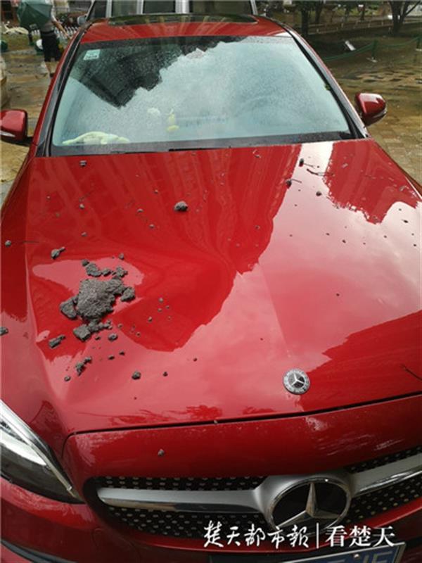 外墙大面积脱落,业主的车子被砸变了形,开发商:已过质保期