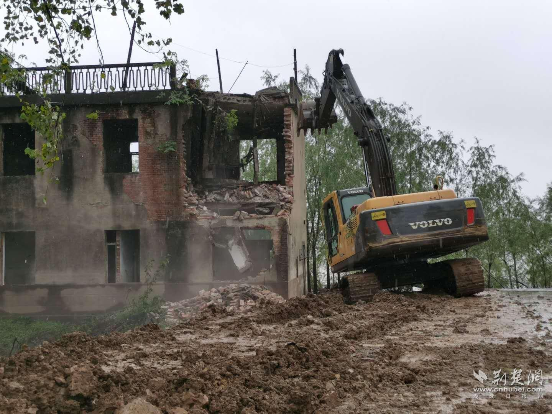 武汉军山街拆除5000多平方米临江废弃建筑物