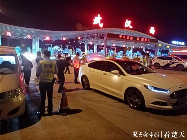 武汉民警上路查缉毒品再添高科技利器,记者现场体验瞳孔检测仪、便携式X光探测仪