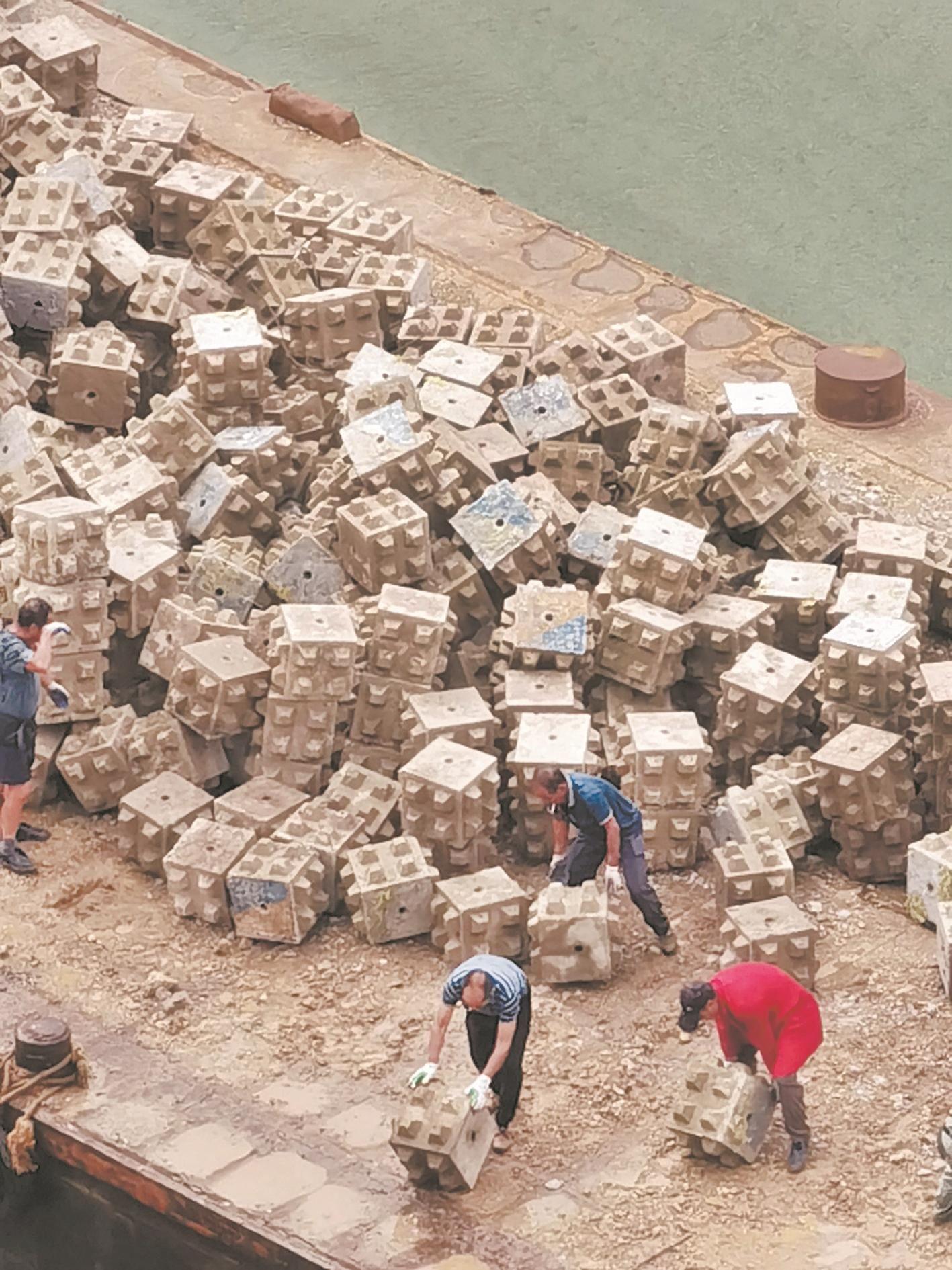 """市民反映:有人往汉江倾倒建筑垃圾 """"废石块""""原来是锚石"""