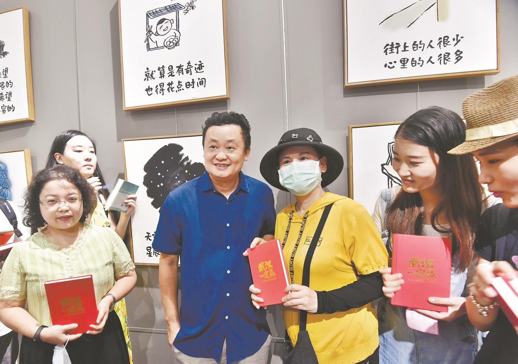 小林老师(右三)在黄鹤楼签名售书受热捧