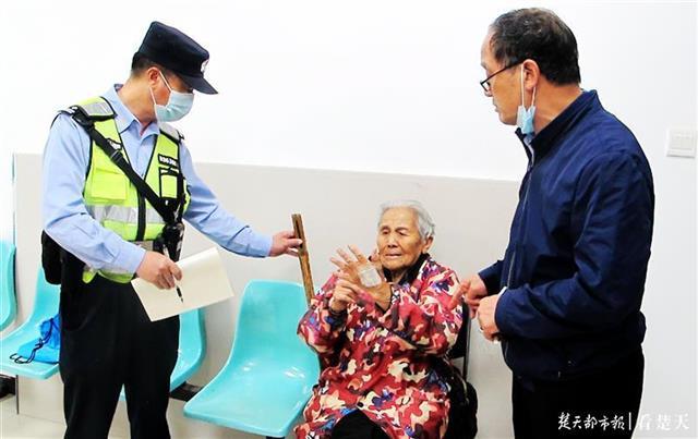 九旬太婆从江夏步行到东西湖探亲,迷失国道酿险幸被民警及时救下