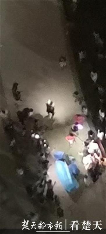小区夜发血案四人受伤,民警现场抓获多名涉案人员