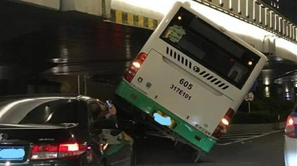 武汉:公交车走错车道卡在高架桥下,无人员伤亡