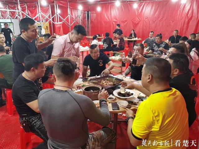 铆足劲掘金八天长假,武汉餐饮企业打折引客
