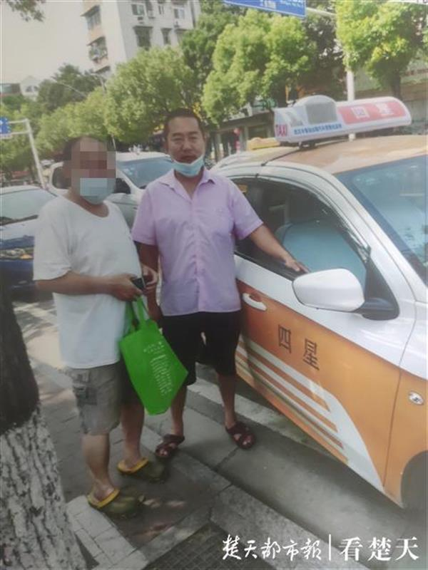 万元看病钱遗落出租车,民警视频找到的哥归还