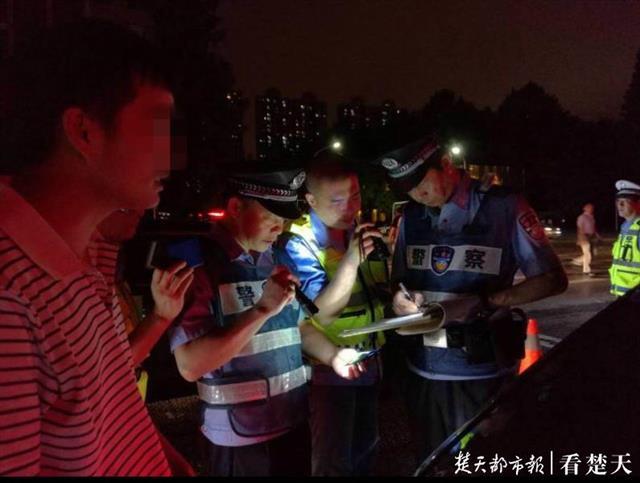 """武汉警方夜间大巡控满月,累计抓获1243名""""夜猫子"""