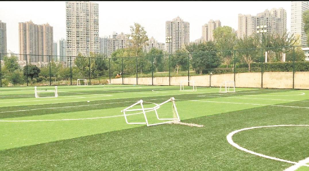 公园足球场建成一年未投用 主管部门称场地修缮后尽早开放