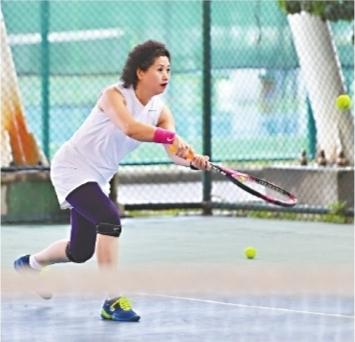 风雨无阻 网球爱好者挑灯夜战