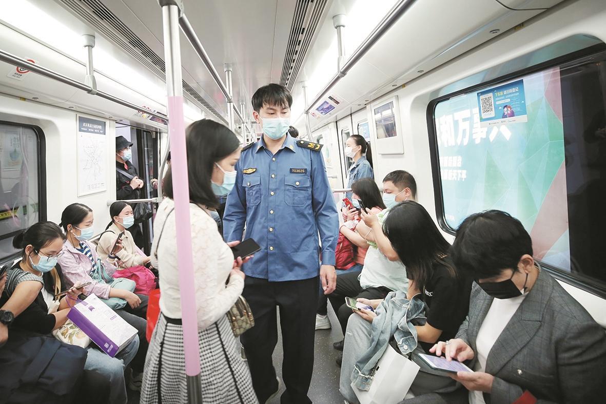 武汉地铁新规首日 多数人能自觉遵守