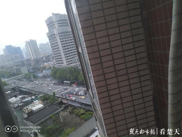 香港路立交桥下5车连环相撞,无人员受伤
