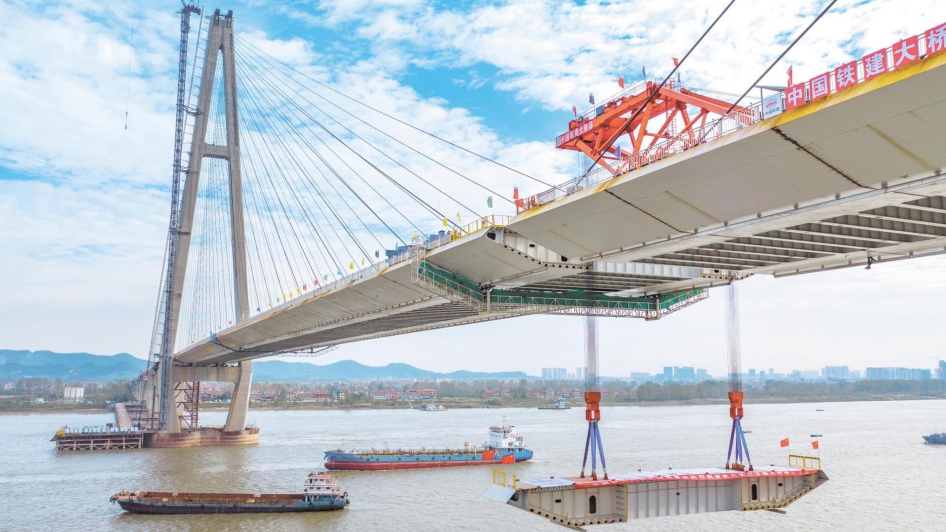 武穴长江公路大桥合龙 今年湖北将建成四座长江大桥