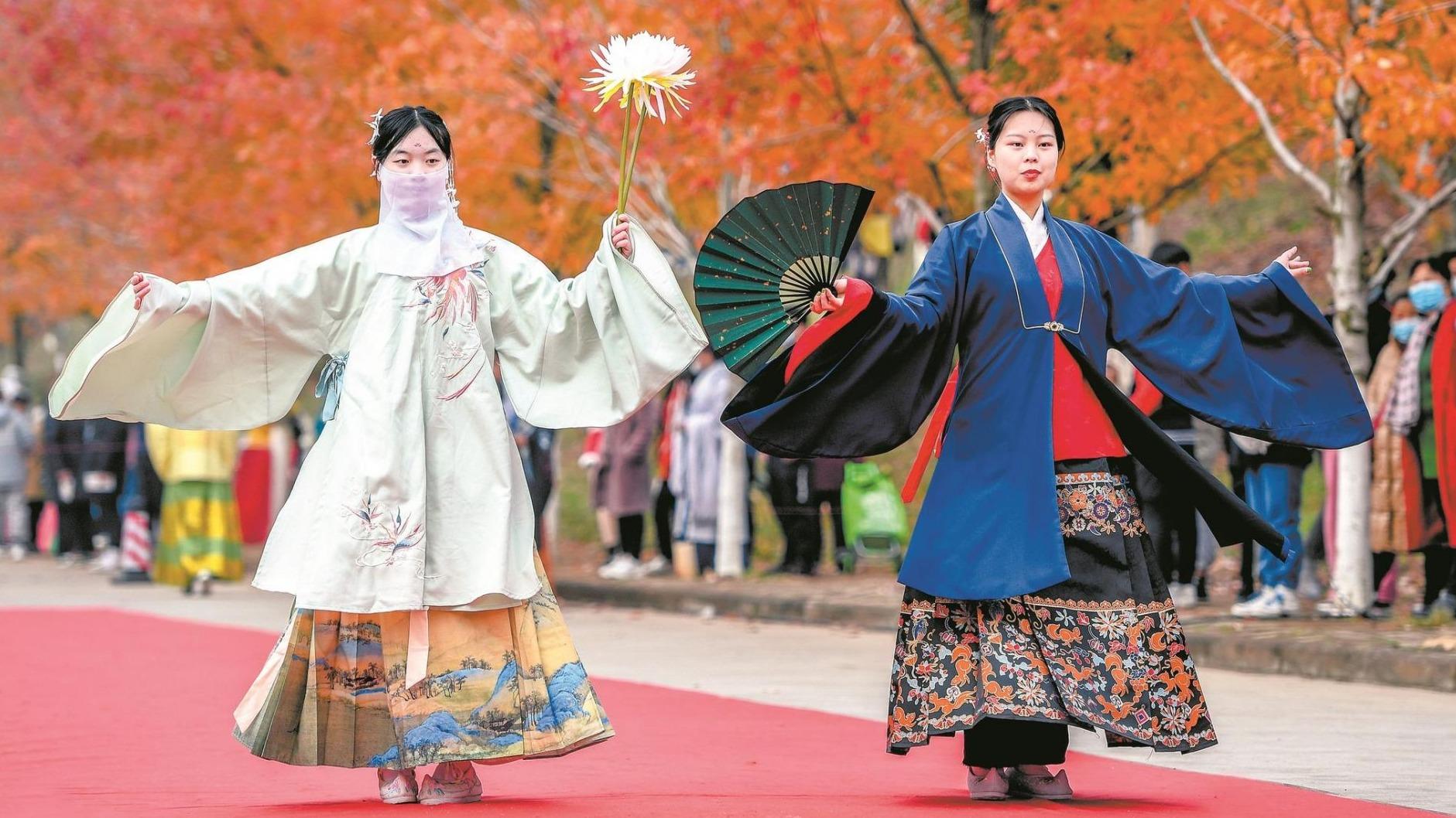 美枫了!武汉高校举办红枫文化节
