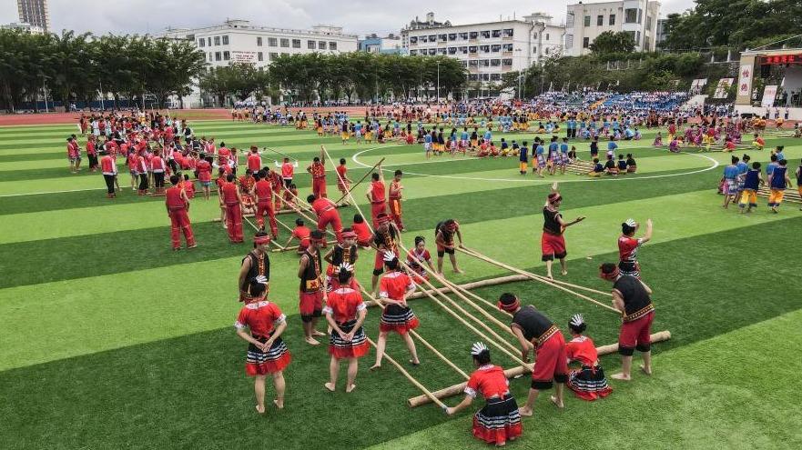海南保亭:校园欢跳竹竿舞
