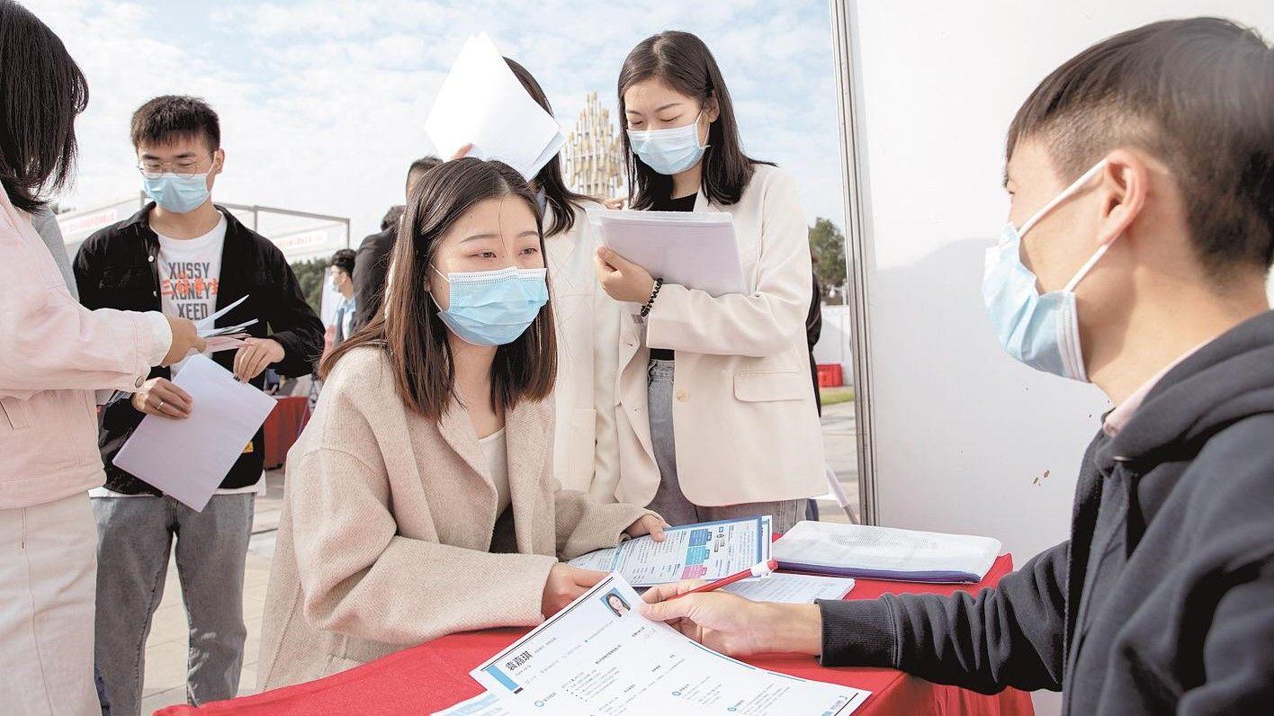 武汉两高校毕业生供需见面会 近600家企业揽才