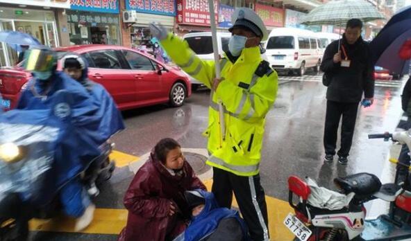 """爹爹摔伤倒地,大雨中交警为他撑起""""保护伞"""""""