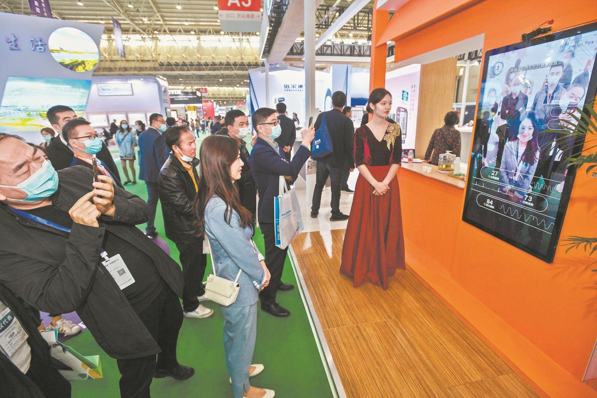 世界健博会在汉开幕  防疫神器 隔空把脉