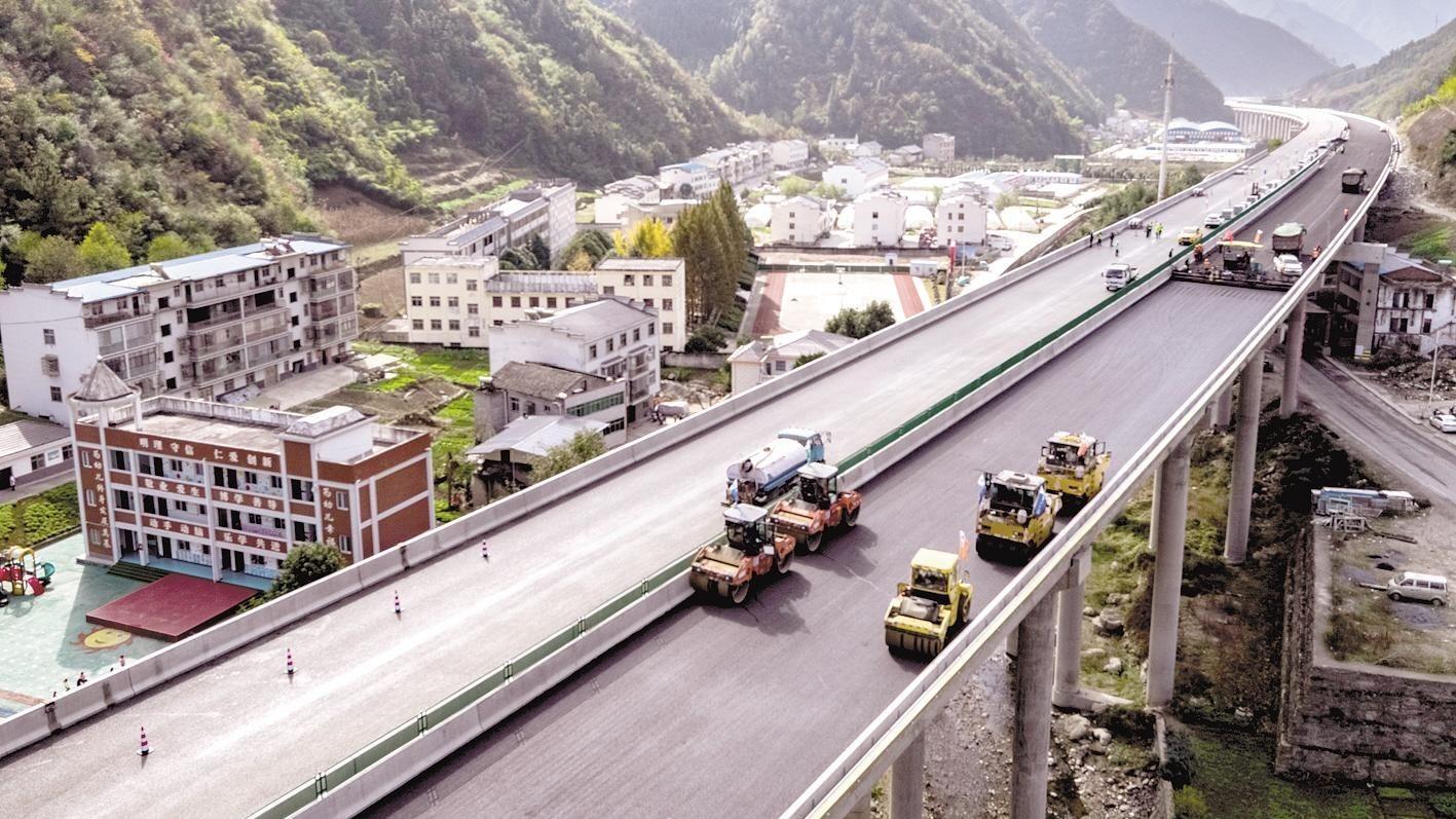 十巫高速铺设沥青路面