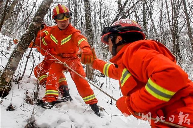 日行三万步 消防员用脚板守护神农架林区