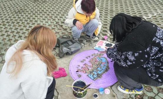"""高校学生为窨井盖""""美颜"""""""
