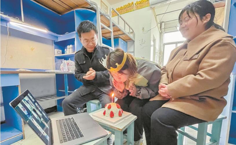 冀籍大学生在鄂过年 学校组织线上生日会